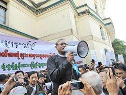 Binlerce Myanmar'lı suikaste uğrayan Müslüman avukatı andı